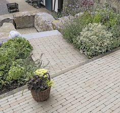 Die Klinker ähnliche Anmutung und das schlanke Format der Steine verleihen Plätzen, Wegen und Terrassen eine besondere Ausstrahlung. Der Stein lässt sich auf vielerlei Art in der Fläche verlegen. Außerdem ist er ideal zur individuellen Ausgestaltung von Details. Der vollkantige Riemchenstein macht Flächen unverwechselbar und Bänderungen zum optischen Highlight. Mit dem schlanken Format lassen sich traumhaft schöne Wege, Plätze und Teichumrandungen bauen. Garden, Outdoor Decor, Plants, Paving Stones, Garden Path, Porches, Home And Garden, Nice Asses, Garten