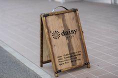 【看板デザイン・ロゴデザイン】北欧インテリアと木のぬくもりを感じる美容室03 (本厚木) | デザイン看板屋Signpostブログ A Frame Signs, Sign Board Design, Legitimate Online Jobs, Logos Cards, Sandwich Board, Small Restaurants, Daisy, Entrance Design, Garden Shop