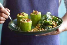Fyldte grøntsager er en nem og lækker måde at variere dit grønne indtag på. Se bare her, hvor vi har taget en squash og fyldt den med grøntsager – og en smule kød.