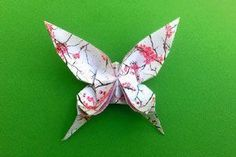 Wunderschöne Schmetterlinge basteln – Origami Community : Explore the best and the most trending origami Ideas and easy origami Tutorial Origami Design, Origami Diy, Origami Paper Folding, Origami Star Box, Origami Butterfly, Paper Crafts Origami, Origami Stars, Origami Flowers, Oragami