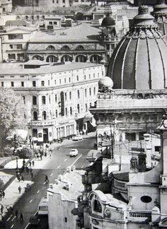 """Vedere de pe blocul Gioconda, catre Calea Victoriei. Vedem in prim plan cupola Palatului Postelor (actual Muzeu de Istorie al Romaniei), iar in pan secundar, Hotel de France, cladire disparuta, pe locul careia se afla in zilele noastre """"borcanul"""" BCR. Time Travel, Places To Travel, Capital Of Romania, Little Paris, Bucharest Romania, Old City, Paris Skyline, Louvre, Communism"""