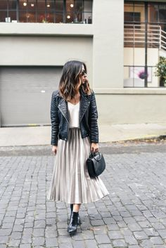 Holiday dressing: pleated midi skirt 2 ways ropa de invierno faldas p Street Style Outfits, Looks Street Style, Mode Outfits, Fashion Outfits, Womens Fashion, Fashion Fashion, Fashion Advice, Women's Casual Fashion, Ladies Fashion