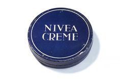 1925: Die blaue Dose mit dem weißem NIVEA Schriftzug feiert ihre Premiere und löst die verspielte Jugendstilromantik der Verpackung ab. Blau und weiss werden zu den Farben, die die Marke repräsentieren. #nivea #history