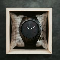 Model BLACK EDITION, to sú najpredávanejšie hodinky pre ozajstných chlapov. Puzdro a remienok sú zo santalového dreva. Vďaka primárne tmavému dizajnu pôsobí farebná úprava ciferníka, korunky a zapínania elegantne a exluzívne.  Vlastnosti týchto hodiniek predstavujú spojenie talianskeho dizajnu a životného štýlu Južného Tirolska:  prírodné materiály 100% drevo trvalá udržateľnosť ľahké ako pierko  #drevenehodinky #woodenwatch#men #mens #wood #menaccessories #black #edition Black Edition, Real Man, Wood Watch, Watches For Men, Modeling, Dark, Color, Top, Products