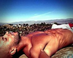 When it relates to simple fitness workouts, you don't always have to venture to a gym to achieve the full effects of doing exercises. It is possible to tone, shape, and revitalize your entire body in a few easy steps. Gorgeous Black Men, Most Beautiful Man, Ricky Whittle, Do Exercise, Physical Exercise, Bald Men, American Gods, Hommes Sexy, Raining Men