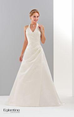 Robe drapée en satin avec bretelle tour de cou. Le drapé est ornée de motifs de dentelle légèrement strassés. Existe en blanc et en ivoire. Laçage dos.