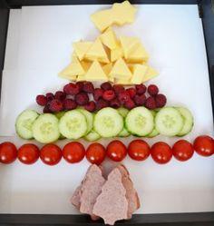 kerstdiner basisschool idee kerstboom van worst kaas komkommer tomaten en frambozen