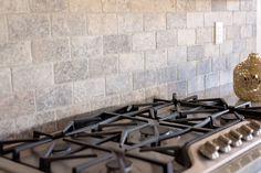 88 Gorgeous Travertine Backsplash Ideas For Awesome Home Decor — Fres Hoom Grey Kitchen Cabinets, Kitchen Redo, Kitchen And Bath, New Kitchen, Kitchen Remodel, Kitchen Design, Natural Stone Backsplash, Travertine Backsplash, Kitchen Backsplash