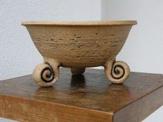 miska režná na třech nožkách výška: cca 7 cm do 10cm průměr: cca 15 cm do 18cm materiál: ostřená keramická hlína použití: domácí i venkovní