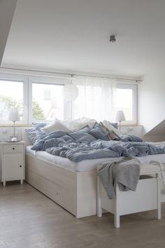IKEA Deutschland | Schlafzimmer mit u.a. BRUSALI Bettgestell mit 4 Schubladen  http://www.ikea.com/de/de/catalog/products/S39931143/ #Schlafzimmer #Bett #Bettkasten #Schlafzimmertrend