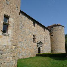 Le château de Couiza ou château des Ducs de Joyeuse date du 16°s. Il est bâti dans les années 1540 par Jean de Joyeuse, gouverneur de Narbonne et lieutenant général du Languedoc sous François I°. De l'extérieur, il présente un aspect austère et médiéval encore très marqué même si les mâchicoulis et créneaux ont disparu. A l'intérieur par contre, il a de façades Renaissances. Le chateau abrite de nos jours un hôtel-restaurant