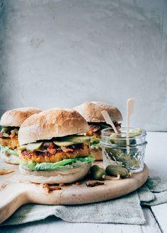 Leuke variant op de een vegetarische burger: de zoete aardappel burger met een hele lekkere feta avocado mayonaise, gebakken uitjes en augurkjes.