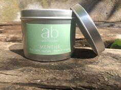 bougie en cire végétale parfumée à la Menthe dans sa boite métallique. Disponible dans d'autres parfums.