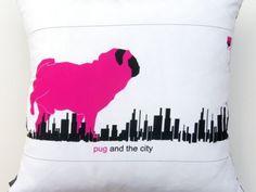 Poduszka dekoracyjna z motywem różowego mopsa, wykonana w technice druku cyfrowego. Tył poduszki jest w kolorze czarnym. Poszewka zapinana na suwak.    Produkt można prać w temp. 40*C    Wymiary: 40 cm x 40 cm    Materiał: poliester