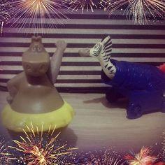 Dia do circo 🎪 Madagascar 3: os procurados. Na Europa Alex e seus amigos são perseguidos por uma agente de controle de animais e, com isso, entram para um grupo circense que sempre sonharam ir para Nova York. -Carol #madagascar #afrocircus #diadocirco #marty #gloria #dreamworks #mcdonalds #firework #coleção #toy #animação #amigasgeek