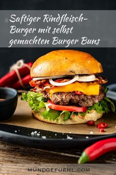 With a few tweaks, the burger buns become really fluffy and crown the juicy beef burger. With the Cheddar Chili Slices from Rupp you get the right heat. Bun's Burger, Beste Burger, Turkey Burgers, Veggie Burgers, Grilling Recipes, Beef Recipes, Vegetarian Recipes, Hamburger Recipes, Homemade Burger Buns