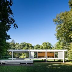 The Farnsworth House, built between 1945 and 1951 for Dr. Edith Farnsworth as a weekend retreat, is a platonic perfection of order gently placed in. Casa Farnsworth, Farnsworth House Plan, Minimalist Architecture, Modern Architecture House, Interior Architecture, Ludwig Mies Van Der Rohe, Illinois, Bauhaus, Philip Johnson Glass House