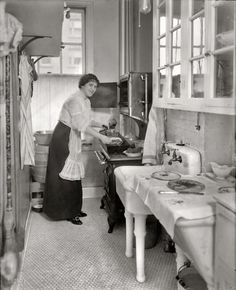 The Evolution of Kitchens in 23 Photos - Old Photo Archive - Vintage Photos and Historical Photos Vintage Pictures, Old Pictures, Old Photos, Victorian Pictures, Old Kitchen, Vintage Kitchen, 1920s Kitchen, Kitchen Decor, Mini Kitchen