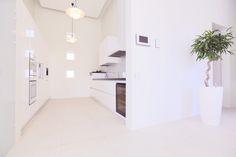 Vaalean keittiön ja ruokailutilan lattialaatat ABL-Laatat