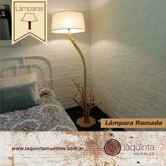 ¡Te presentamos la Lámpara Ramada! Su pie con ramas talladas hace de ella un objeto de diseño único, ¡y tiene el diseño ideal para colocarla al lado de la cama o de un sillón!