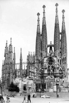 Fachada de la Pasión - 1963. Templo Expiatorio de la Sagrada Familia Visit Barcelona, Barcelona Travel, Religious Architecture, Amazing Architecture, Old Pictures, Old Photos, Antonio Gaudi, Cathedral Basilica, Genius Loci