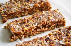 Homemade Larabars / Grain-Free Energy Bars Recipe (Dinner With Julie) Real Food Recipes, Yummy Food, Healthy Recipes, Healthy Desserts, Eco Deco, Homemade Larabars, Lara Bars, Energy Bars, Healthy Treats