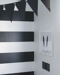 Moderni mustavalkoinen lastenhuone