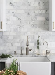 Awesome 35 Exciting Subway Tile Backsplash for Kitchen Decor Ideas https://homiku.com/index.php/2018/02/22/35-exciting-subway-tile-backsplash-kitchen-decor-ideas/