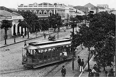 A intensa corrente de automóveis, carruagens descobertas e de tramways elétricos pela grande artéria (1910)