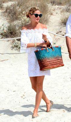 Vestido branco + bolsa de palha, composição eterna e muito feminina, para arrasar todos os verões. Aposte nos vestidos com decote ombro a ombro, a trend que continua esse ano e é a cara no nosso clima. A Bolsa de palha que você procura, está nessa seleção - http://buyerandbrand.com.br/mododeusarmoda/?bi=2yu0c3Z e aqui, tem LINDO VESTIDO NO ESTILO DA FOTO - http://buyerandbrand.com.br/mododeusarmoda/?bi=2AoBkfC