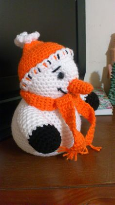 Amigurumi Snowman - FREE Crochet Pattern / Tutorial - the page can be translated but you might need to draw on your experience to interpret it. Crochet Snowman, Crochet Christmas Ornaments, Christmas Crochet Patterns, Holiday Crochet, Christmas Knitting, Crochet Patterns Amigurumi, Christmas Snowman, Crochet Toys, Free Crochet