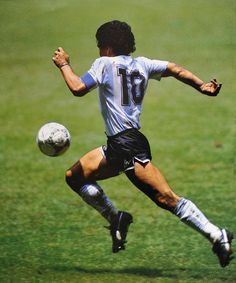 Diego Armando Maradona was the greatest palyer ever. He scored the best goal in the history of world cup. This is Maradona on 'El gol del siglo' scored against England during the mexico's 86 world cup. Best Football Players, Good Soccer Players, World Football, Soccer World, Retro Football, Vintage Football, Football Soccer, Fifa, Cr7 Messi