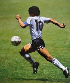 """""""Soy un jugador que le ha dado alegría a la gente y con eso me basta y me sobra"""" (Maradona) #D10S #Leyenda #Genio del #Futbol"""