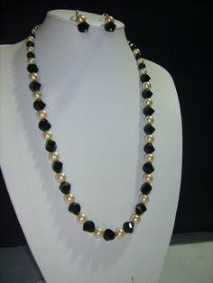 Collar de 40 cm. de largo con cristales austriacos, perlas de cristal y ganchos de plata.