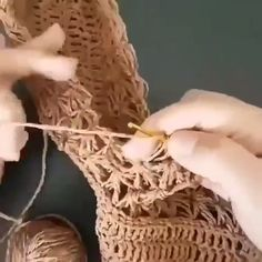 How to knit Straw Bag video tutorial Crochet Slipper Boots, Crochet Sandals, Crochet Tote, Crochet Purses, Crochet Slippers, Crochet Baby, Knit Crochet, Crochet Bag Tutorials, Diy Crafts Crochet