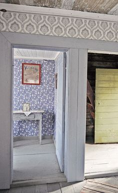 That blue wallpaper! That green door! Scandinavian Furniture, Scandinavian Home, Bohemian Interior, Home Interior, Old Cottage, Swedish House, Soothing Colors, Ceiling Medallions, Cottage Interiors