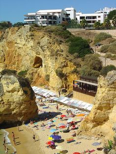 Not very empty in this picture, but that restaurant on the sand, that's where we eat!    Praia de D. Ana - Portugal