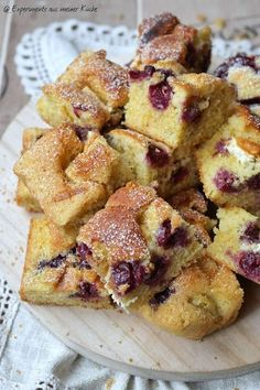 Quick sheet cake with cherries and white chocolate - Quick sheet cake . - Quick sheet cake with cherries and white chocolate – Quick sheet cake with cherries and white cho - Breakfast Desayunos, Breakfast Recipes, Chocolate Blanco, White Chocolate, Dessert Design, Funfetti Cake, Food Cakes, Cake Batter, Spicy Recipes