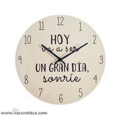 """Bonito y original reloj de pared con la bonita y motivadora frase """"Hoy va a ser un gran día, sonríe"""". Decoración con frases y mensajes positivos - WWW.DECORATECA.COM"""
