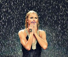 Taylor Swift, under the rain during Fearless tour<<<I was at her Fearless concert. I remember this. Taylor Swift Fearless, Taylor Swift Pictures, Taylor Alison Swift, Fearless Album, Under The Rain, Swift 3, Bad Blood, Thats The Way, Her Music
