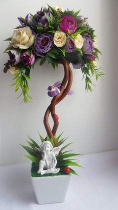 Ombrelle - a unique pseudo-Bonsai using an old piece of wood vine a small wire frame of an umbrella, silk flowers and greens. Topiary Centerpieces, Floral Centerpieces, Floral Arrangements, Easter Table Decorations, Flower Decorations, Christmas Decorations, Window Box Flowers, Flower Boxes, Giant Paper Flowers