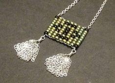 Collier court - Tissage perles de rocaille Miyuki Mat metallic patina iris et noir - Motif géométrique - Pompon - Acier inoxydable