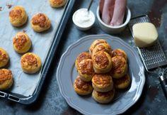 Sajtos-tejfölös-sonkás pogácsa Pretzel Bites, Baked Potato, Muffin, Bread, Baking, Breakfast, Ethnic Recipes, Sweet, Food