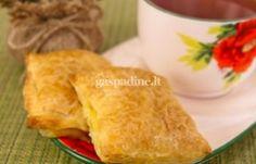 Sluoksniuotos tešlos pyragėliai su dešros ir sūrio įdaru