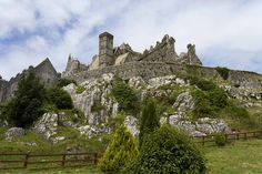 Once the seat of the kings of Munster, the Rock of Cashel boasts a long and honourable heritage and the site includes Romanesque and Gothic buildings  / © Tourism of Ireland / Abbie Trayler-Smith   <3