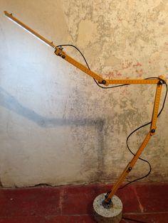 WDA - WilDesignArt - Stecca - lampada da tavolo con doppio metro in legno, base in cls e led