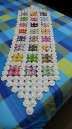 Patchwork Table Runner, Table Runner And Placemats, Quilted Table Runners, Fabric Art, Fabric Crafts, Handmade Crafts, Diy And Crafts, Yo Yo Quilt, Quilt Border