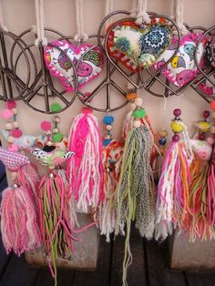 imagenes de souvenir con ponpones bautizo pinterest - Buscar con Google Diy And Crafts, Arts And Crafts, Tassel Curtains, Wind Chimes, Diy Gifts, Dream Catcher, Sewing Crafts, Tassels, Valentines