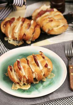 Camembert sajtos partyzsemlék • Fördős Zé Magazin Baked Potato, Hamburger, Food And Drink, Potatoes, Bread, Baking, Ethnic Recipes, Kitchen, Street