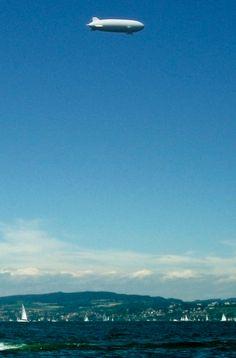 ZEPPELIN Friedrichshafen Sie interessieren sich für die Zeit in der nicht nur die Bilder laufen lernten, sondern die Menschheit auch das Fliegen entdeckte? Dann sollten Sie bei einem Besuch am Bodensee eine Zeppelin Werftbesichtigung am Hangar FN unbedingt mit einplanen.